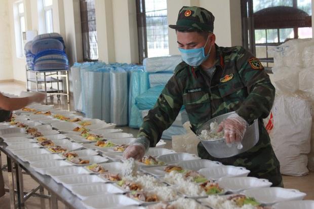 Đột nhập bếp ăn quân đội phục vụ hàng trăm người ở khu cách ly Hà Nội - Ảnh 5.