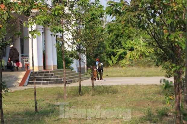Bên trong khu vực cách ly 28 người về từ vùng dịch tại Trường quân sự Cần Thơ - Ảnh 6.