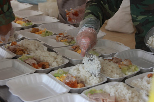 Đột nhập bếp ăn quân đội phục vụ hàng trăm người ở khu cách ly Hà Nội - Ảnh 6.