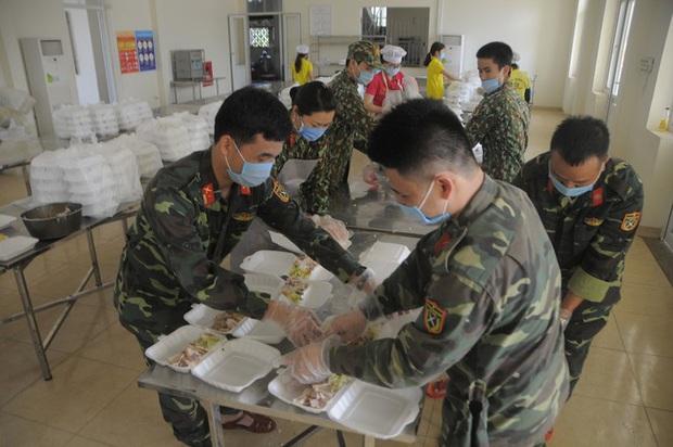 Đột nhập bếp ăn quân đội phục vụ hàng trăm người ở khu cách ly Hà Nội - Ảnh 7.