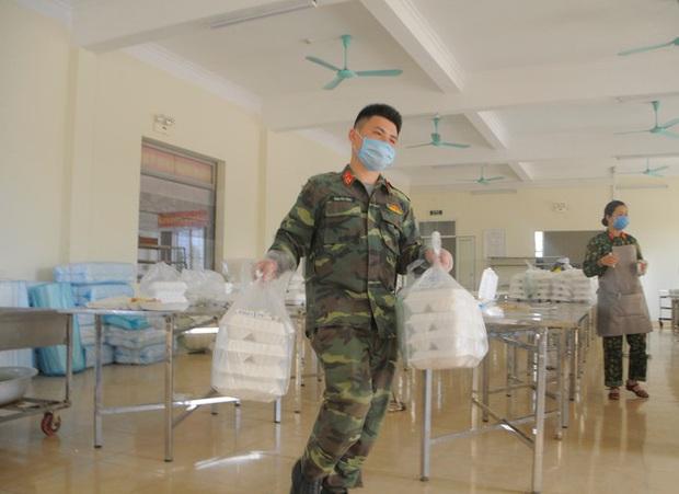 Đột nhập bếp ăn quân đội phục vụ hàng trăm người ở khu cách ly Hà Nội - Ảnh 8.