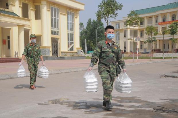 Đột nhập bếp ăn quân đội phục vụ hàng trăm người ở khu cách ly Hà Nội - Ảnh 9.
