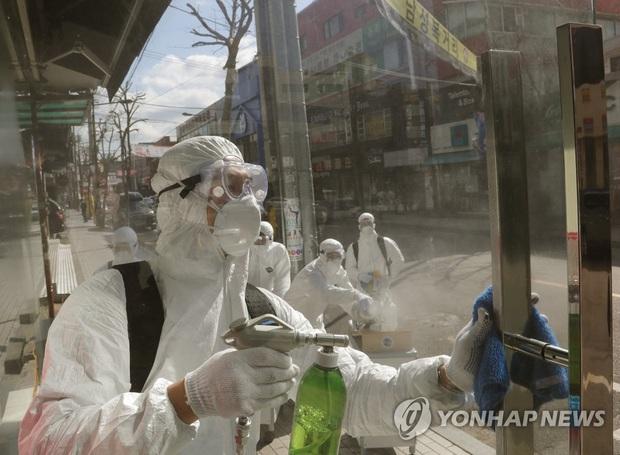 Hàn Quốc: Thêm 3 trường hợp thiệt mạng vì virus corona, tăng kỷ lục 571 người nhiễm mới trong ngày, tổng cộng 2337 người nhiễm bệnh - Ảnh 2.