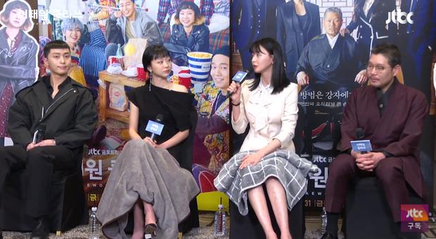 Park Seo Joon diện đồ tông xuyệt tông cực đáng yêu với Kim Da Mi ở họp báo Tầng Lớp Itaewon - Ảnh 8.