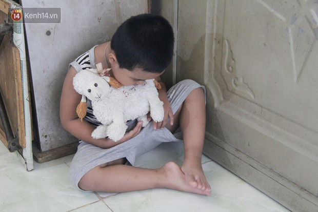 Bà mất, đứa trẻ 5 tuổi tự kỷ không cha mẹ sống cô độc trong căn nhà trọ cùng ông ngoại già yếu - Ảnh 4.