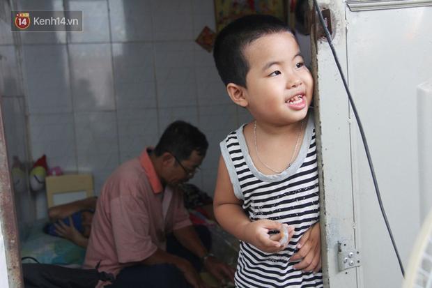 Bà mất, đứa trẻ 5 tuổi tự kỷ không cha mẹ sống cô độc trong căn nhà trọ cùng ông ngoại già yếu - Ảnh 1.
