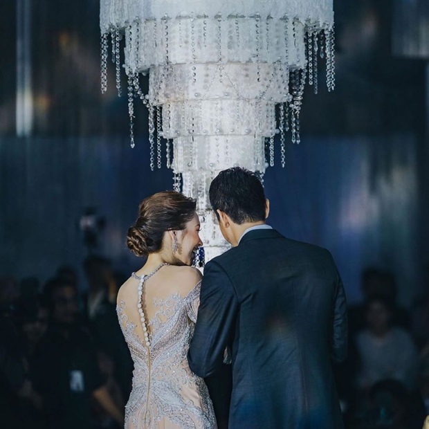 Hôn lễ thế kỷ xa hoa bậc nhất của cặp đôi vàng showbiz Malaysia: Cô dâu diện váy 58 tỷ đồng, bánh cưới 8 tầng úp ngược - Ảnh 6.