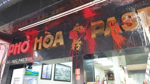 Đề nghị truy tố nhóm giang hồ khủng bố quán phở Hòa Pasteur nổi tiếng Sài Gòn bằng sơn, mắm tôm, gián - Ảnh 4.