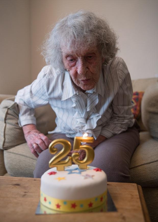 """Chiếc bánh sinh nhật """"25 tuổi"""" độc nhất của bà cụ sinh vào ngày 29/02, đợi 100 năm để được nổi tiếng - Ảnh 5."""