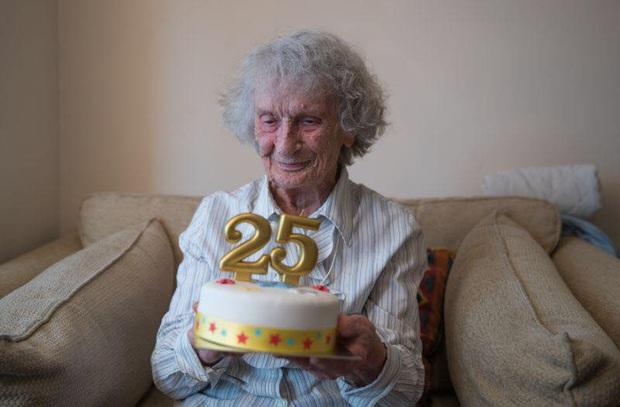 """Chiếc bánh sinh nhật """"25 tuổi"""" độc nhất của bà cụ sinh vào ngày 29/02, đợi 100 năm để được nổi tiếng - Ảnh 4."""