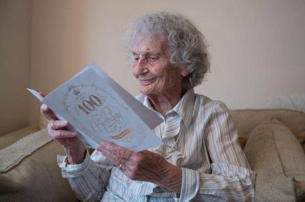 """Chiếc bánh sinh nhật """"25 tuổi"""" độc nhất của bà cụ sinh vào ngày 29/02, đợi 100 năm để được nổi tiếng - Ảnh 2."""