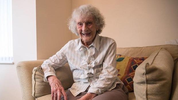 """Chiếc bánh sinh nhật """"25 tuổi"""" độc nhất của bà cụ sinh vào ngày 29/02, đợi 100 năm để được nổi tiếng - Ảnh 3."""