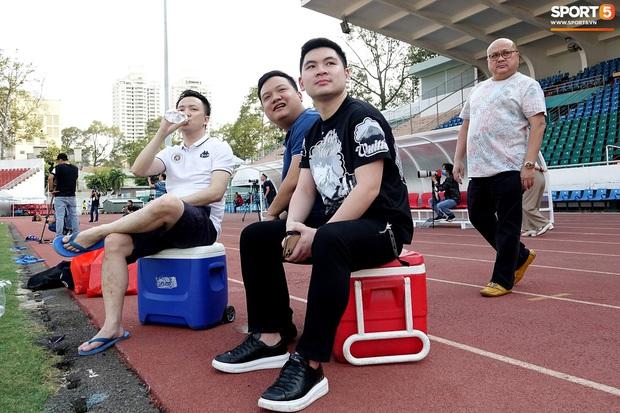 Chủ tịch 9x của Hà Nội FC xỏ giày, đối đầu trực tiếp với Duy Mạnh và Phí Minh Long - Ảnh 1.