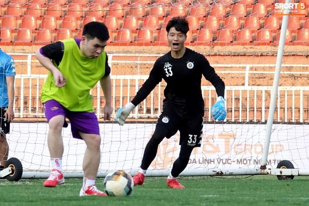Chủ tịch 9x của Hà Nội FC xỏ giày, đối đầu trực tiếp với Duy Mạnh và Phí Minh Long - Ảnh 11.
