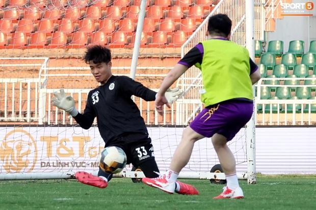 Chủ tịch 9x của Hà Nội FC xỏ giày, đối đầu trực tiếp với Duy Mạnh và Phí Minh Long - Ảnh 13.