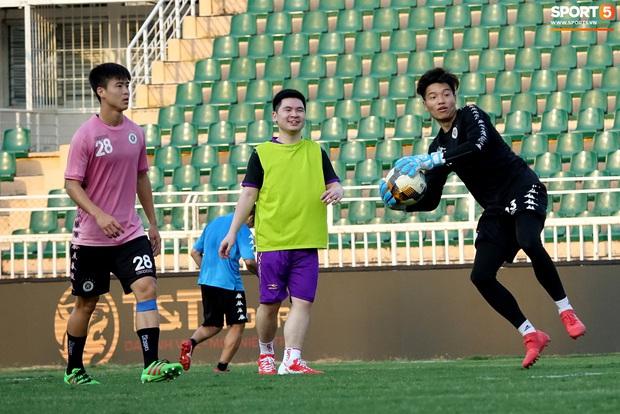 Chủ tịch 9x của Hà Nội FC xỏ giày, đối đầu trực tiếp với Duy Mạnh và Phí Minh Long - Ảnh 12.