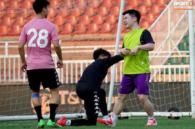 Chủ tịch 9x của Hà Nội FC xỏ giày, đối đầu trực tiếp với Duy Mạnh và Phí Minh Long - Ảnh 14.
