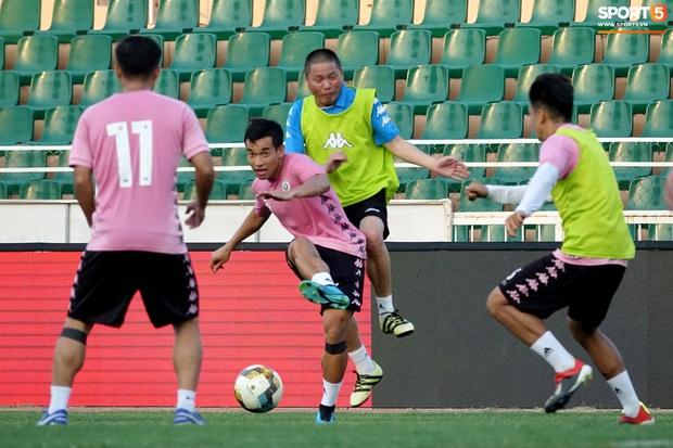Chủ tịch 9x của Hà Nội FC xỏ giày, đối đầu trực tiếp với Duy Mạnh và Phí Minh Long - Ảnh 9.