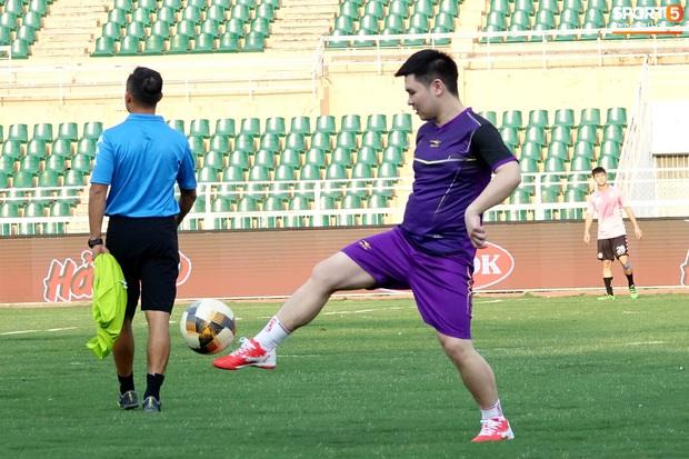 Chủ tịch 9x của Hà Nội FC xỏ giày, đối đầu trực tiếp với Duy Mạnh và Phí Minh Long - Ảnh 3.