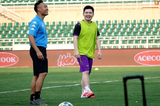 Chủ tịch 9x của Hà Nội FC xỏ giày, đối đầu trực tiếp với Duy Mạnh và Phí Minh Long - Ảnh 2.