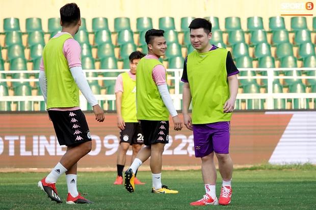 Chủ tịch 9x của Hà Nội FC xỏ giày, đối đầu trực tiếp với Duy Mạnh và Phí Minh Long - Ảnh 6.