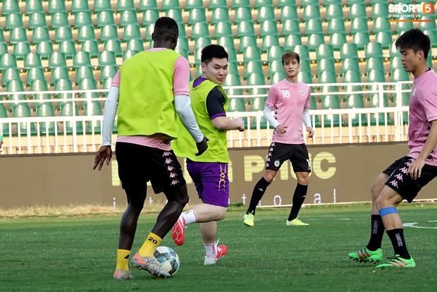 Chủ tịch 9x của Hà Nội FC xỏ giày, đối đầu trực tiếp với Duy Mạnh và Phí Minh Long - Ảnh 5.