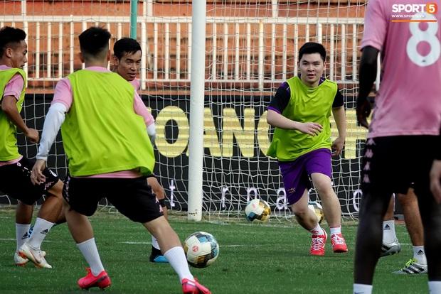 Chủ tịch 9x của Hà Nội FC xỏ giày, đối đầu trực tiếp với Duy Mạnh và Phí Minh Long - Ảnh 10.