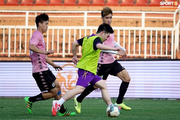 Chủ tịch 9x của Hà Nội FC xỏ giày, đối đầu trực tiếp với Duy Mạnh và Phí Minh Long - Ảnh 7.