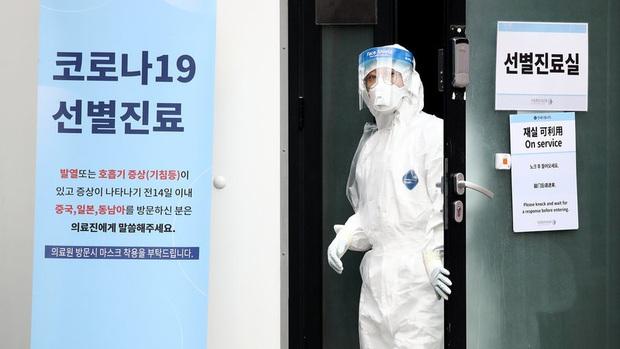 Cô gái Hàn Quốc nhiễm virus corona nhổ nước bọt vào nhân viên y tế khi được đưa đến bệnh viện - Ảnh 1.