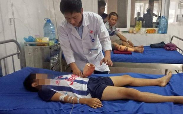 Chơi trò chơi khi điện thoại đang sạc dẫn đến nổ, bé trai 12 tuổi bị chấn thương dập nát bàn tay - Ảnh 1.