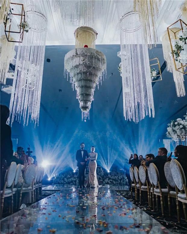 Hôn lễ thế kỷ xa hoa bậc nhất của cặp đôi vàng showbiz Malaysia: Cô dâu diện váy 58 tỷ đồng, bánh cưới 8 tầng úp ngược - Ảnh 1.
