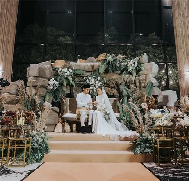 Hôn lễ thế kỷ xa hoa bậc nhất của cặp đôi vàng showbiz Malaysia: Cô dâu diện váy 58 tỷ đồng, bánh cưới 8 tầng úp ngược - Ảnh 11.