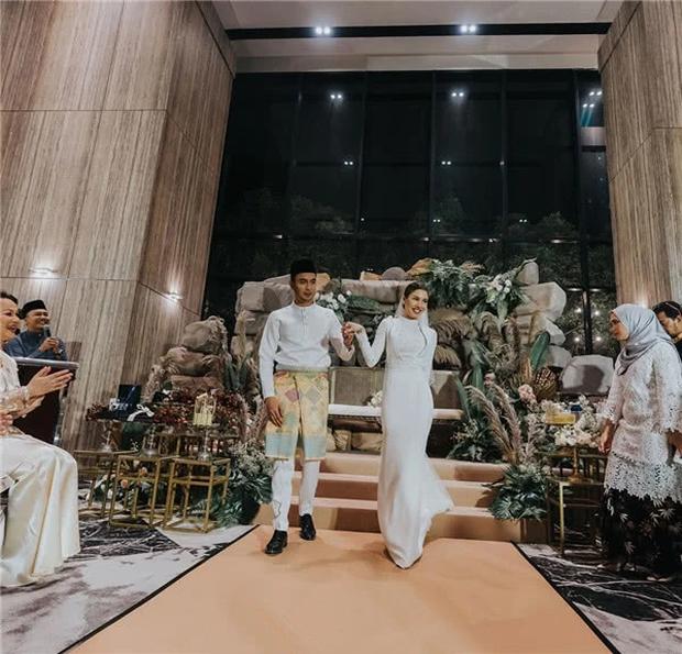 Hôn lễ thế kỷ xa hoa bậc nhất của cặp đôi vàng showbiz Malaysia: Cô dâu diện váy 58 tỷ đồng, bánh cưới 8 tầng úp ngược - Ảnh 12.