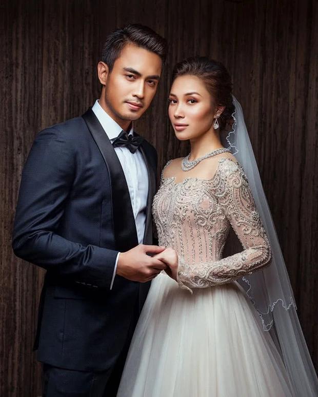 Hôn lễ thế kỷ xa hoa bậc nhất của cặp đôi vàng showbiz Malaysia: Cô dâu diện váy 58 tỷ đồng, bánh cưới 8 tầng úp ngược - Ảnh 7.