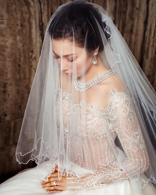 Hôn lễ thế kỷ xa hoa bậc nhất của cặp đôi vàng showbiz Malaysia: Cô dâu diện váy 58 tỷ đồng, bánh cưới 8 tầng úp ngược - Ảnh 8.