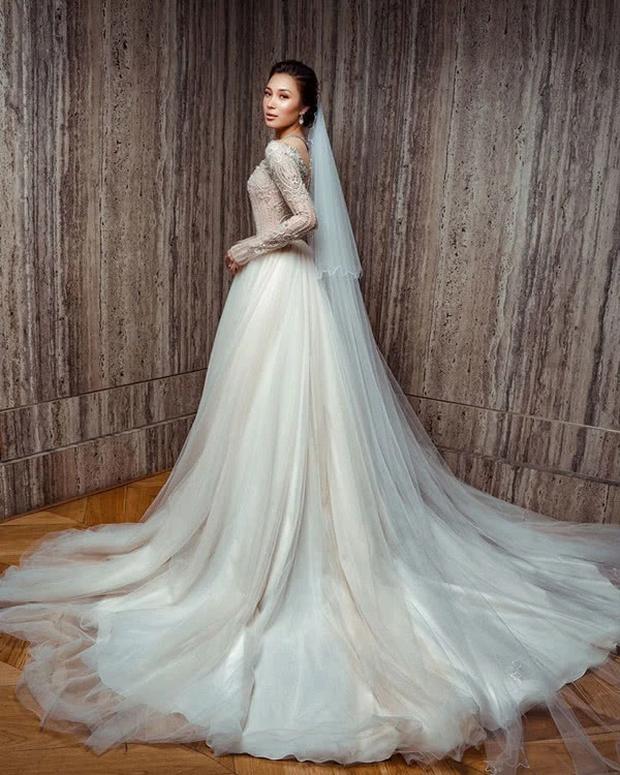 Hôn lễ thế kỷ xa hoa bậc nhất của cặp đôi vàng showbiz Malaysia: Cô dâu diện váy 58 tỷ đồng, bánh cưới 8 tầng úp ngược - Ảnh 9.