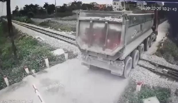Nhân viên gác chắn kịp thời báo hiệu, cứu xe tải chết máy giữa đường ray khỏi tai nạn thảm khốc - Ảnh 2.