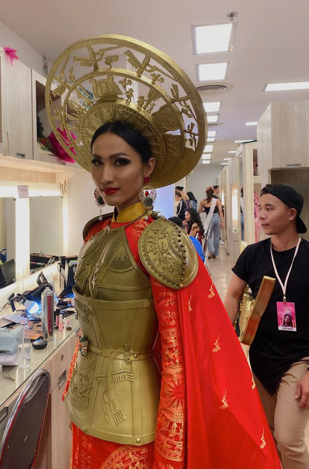 Hoài Sa diện áo đỏ rực, bất ngờ nhất là chi tiết áo giáp mang hình ảnh nữ quyền trên sân khấu Hoa hậu chuyển giới quốc tế 2020 - Ảnh 4.