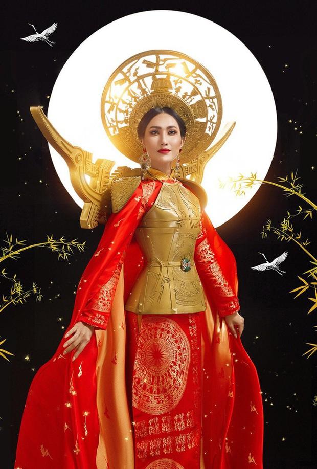 Hoài Sa diện áo đỏ rực, bất ngờ nhất là chi tiết áo giáp mang hình ảnh nữ quyền trên sân khấu Hoa hậu chuyển giới quốc tế 2020 - Ảnh 7.