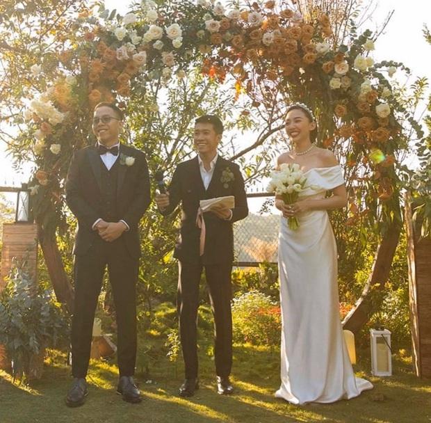 Loạt ảnh cực hiếm trong đám cưới Tóc Tiên - Hoàng Touliver cuối cùng cũng được hé lộ: Mọi khoảnh khắc hạnh phúc nhất đều có đủ! - Ảnh 2.