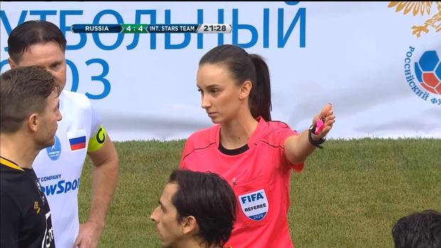 Tìm ra Trận đấu nhiều drama nhất năm 2020: Nữ trọng tài 2 lần bẻ còi, rút 2 chiếc thẻ đỏ trong tưởng tượng và cái kết chưa từng có trong lịch sử bóng đá - Ảnh 1.