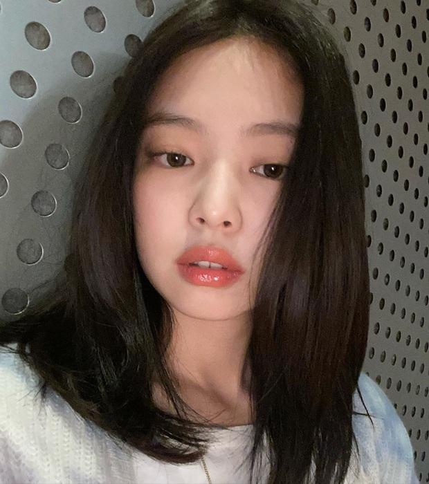 Jennie (BLACKPINK) chỉ đăng 5 tấm ảnh, fan đã vội cho ra 1500 thuyết âm mưu comeback: Phòng tập, 8 icon ứng với 8 bài hát và còn nhiều hơn thế - Ảnh 1.