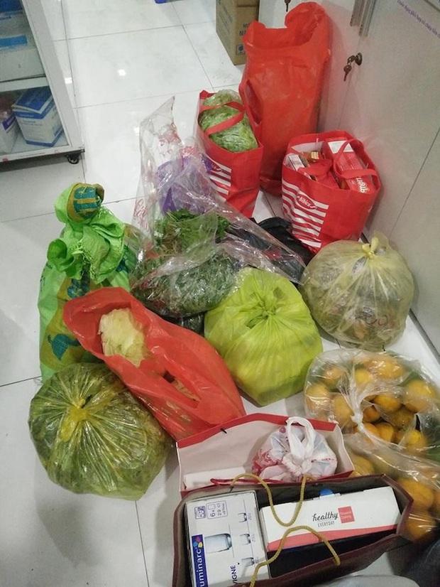 Sinh viên xa nhà thi nhau khoe cảnh đồ ăn được bố mẹ tiếp tế nhiều đến nỗi chất đống khi lên thành phố sau Tết - Ảnh 2.