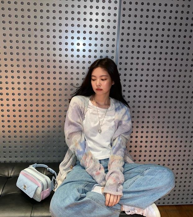 Jennie (BLACKPINK) chỉ đăng 5 tấm ảnh, fan đã vội cho ra 1500 thuyết âm mưu comeback: Phòng tập, 8 icon ứng với 8 bài hát và còn nhiều hơn thế - Ảnh 3.