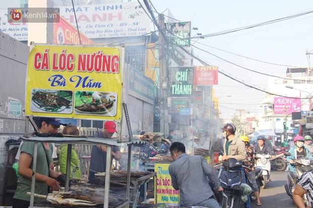 2.000 con cá lóc nướng bán sạch trong một buổi sáng, nhiều gia đình ở Sài Gòn kiếm tiền khủng trong ngày vía Thần tài - Ảnh 8.