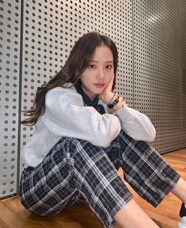Jennie (BLACKPINK) chỉ đăng 5 tấm ảnh, fan đã vội cho ra 1500 thuyết âm mưu comeback: Phòng tập, 8 icon ứng với 8 bài hát và còn nhiều hơn thế - Ảnh 5.