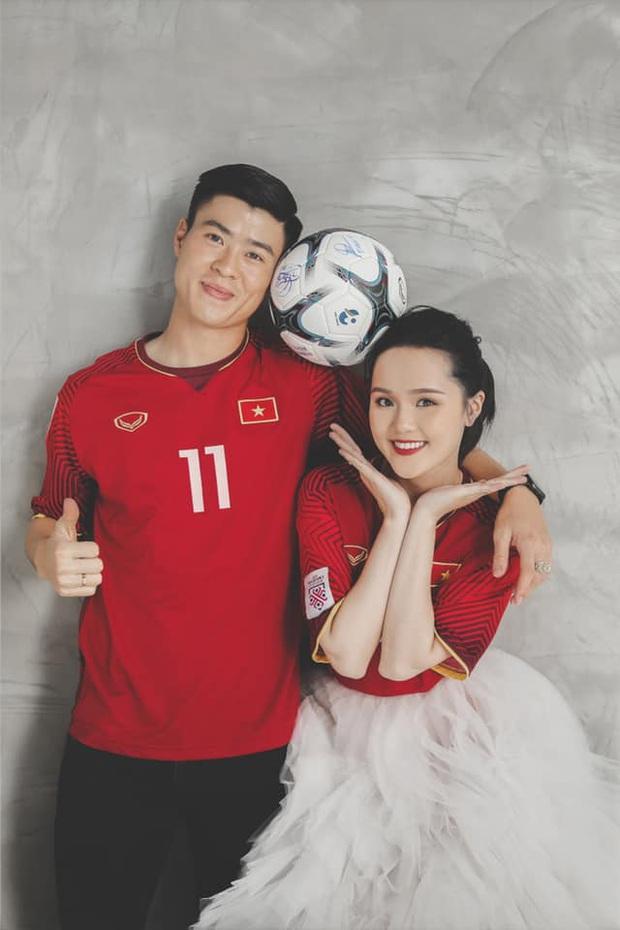 Bộ ảnh cưới cực độc của Duy Mạnh và Quỳnh Anh: Siêu ngọt, đầy tinh thần tuyển Việt Nam và ý nghĩa đặc biệt đằng sau đó - Ảnh 1.