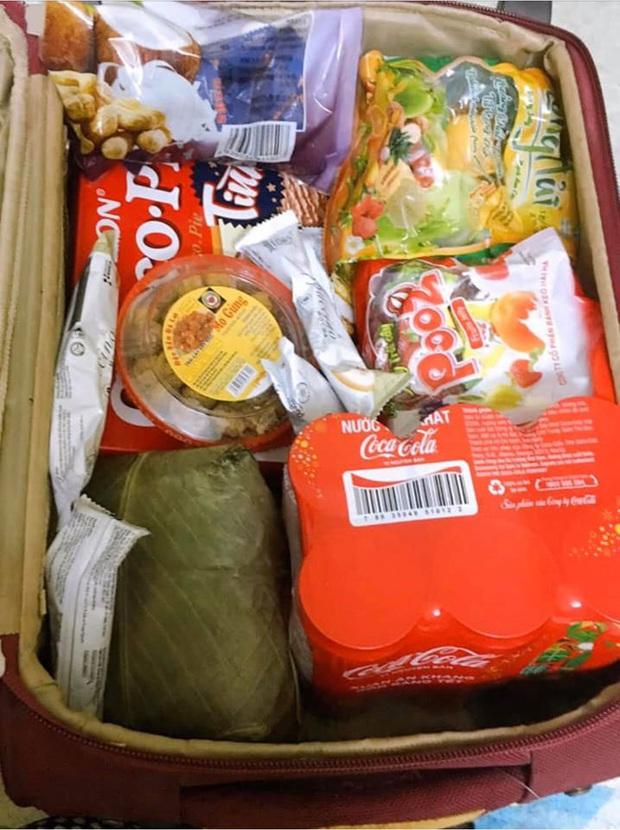 Sinh viên xa nhà thi nhau khoe cảnh đồ ăn được bố mẹ tiếp tế nhiều đến nỗi chất đống khi lên thành phố sau Tết - Ảnh 1.