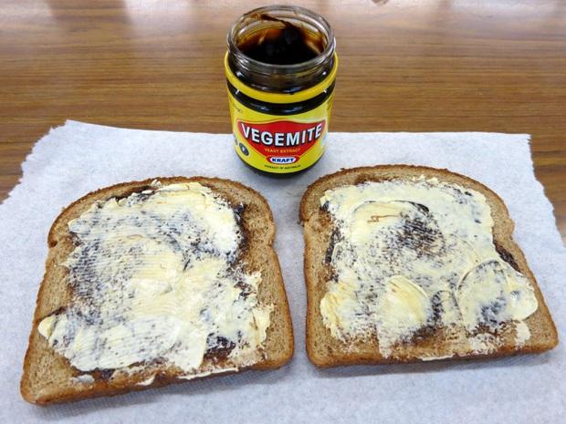 Youtuber người Hàn nhăn nhó chịu thua trước mùi vị khiếp đảm của loại bơ linh hồn của ẩm thực Úc và cho rằng nó có vị như... hải sản ướp muối - Ảnh 7.