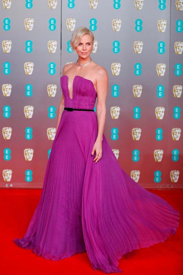 Thảm đỏ gây sốc BAFTAs: Góa phụ đen lấn át cả Công nương Anh, con gái Johnny Depp hở phản cảm bên dàn sao nữ thảm họa - Ảnh 4.